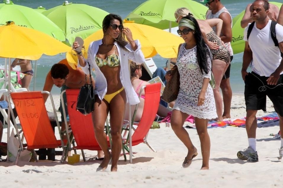 8.dez.2014 - A ex-BBB Mayra Cardi (esq.), que atualmente mora nos Estados Unidos, resolveu matar as saudades do Rio de Janeiro e curtir um dia na praia da Barra da Tijuca, na zona oeste. A beldade exibiu suas curvas e o bronzeado em dia ao lado de uma amiga