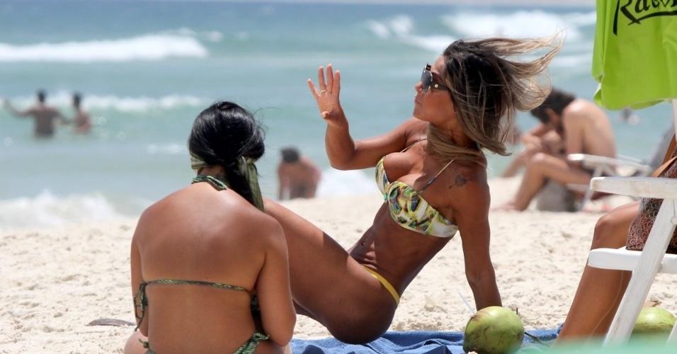 8.dez.2014 - A ex-BBB Mayra Cardi (dir.), que atualmente mora nos Estados Unidos, resolveu matar as saudades do Rio de Janeiro e curtir um dia na praia da Barra da Tijuca, na zona oeste. A beldade exibiu suas curvas e o bronzeado em dia ao lado de uma amiga
