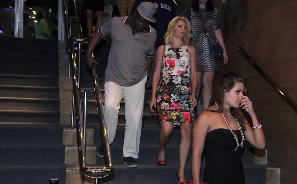 9.dez.2014 - Antônia Fontenelle, 41, foi fotografada com o ex-ministro do Supremo Tribunal Federal, Joaquim Barbosa, 60, no último domingo (7). Os dois foram vistos deixando um teatro, no bairro do Leblon, zona sul do Rio, após assistirem o espetáculo