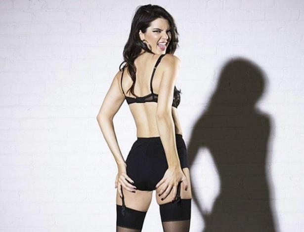 9.dez.2014 - Kendall Jenner, irmã mais nova de Kim Kardashian, protagoniza ensaio inusitado de natal para a Love Magazine. Nas imagens, a modelo aparece usando lingerie e cinta liga
