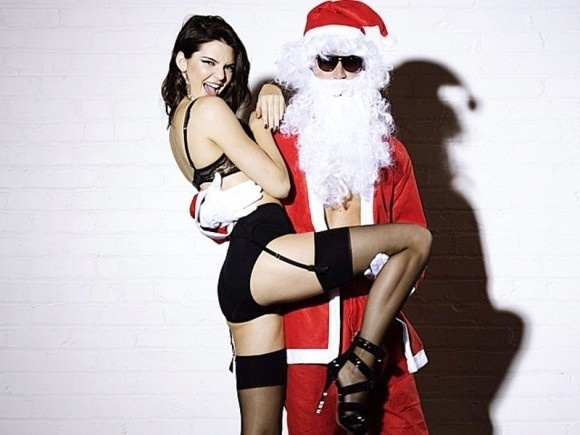 9.dez.2014 - Kendall Jenner prova que ousadia está no sangue da família. Irmã mais nova de Kim Kardashian, a modelo protagonizou um ensaio inusitado e sensual em clima de natal. De lingerie e cinta liga, a beldade aparece aprontando ao lado de um Papai Noel em um vídeo para a Love Magazine. Confira mais fotos a seguir