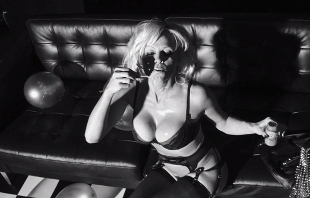 13.dez.2014 - Aos 47 anos, Pamela Anderson fez questão de mostrar que está com tudo em cima em um ensaio ousado para a revista americana Love. A atriz gravou um vídeo sensual usando lingerie e cinta liga