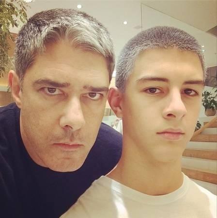14.dez.2014 - O jornalista William Bonner fez questão de compartilhar com os seus seguidores no Instagram a semelhança entre ele e um dos seus filhos, Vinícius, de 16 anos. Boca, nariz e olhar parecidíssimos!