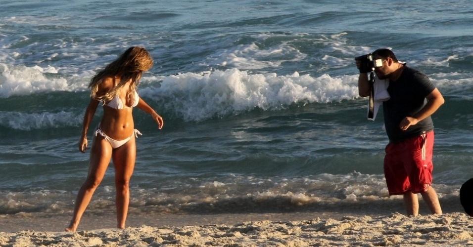 17.dez.2014 - Em ótima forma, a modelo Robertha Portella posa para ensaio fotográfico de biquíni branco na praia da Barra da Tijuca, no Rio de Janeiro