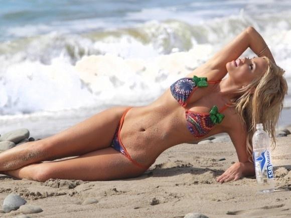 19.dez.2014 - A ex-coelhinha da Playboy Colleen Shannon esbanja curvas e sensualidade em praia de Malibu, na Califórnia (EUA). A gata norte-americana já se envolveu em uma polêmica e chegou a ser detida depois que ajudou o namorado a entrar ilegalmente nos Estados Unidos