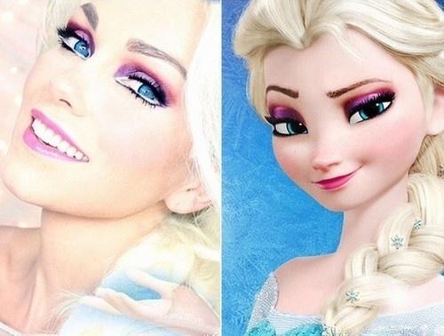 """21.dez.2014 - Uma maquiadora norte-americana faz sucesso no Instagram com fotos em que aparece transformada em celebridades. Kandee Johnson já conquistou mais de 700 mil seguidores na rede social (kandeejohnson) e seus vídeos com tutoriais no YouTube são vistos por 2,7 milhões de assinantes, segundo informações do blog """"Page Not Found"""", do jornal O Globo. Na imagem, a artista (esq.) se mostra como Elsa (dir.), da animação """"Frozen"""""""
