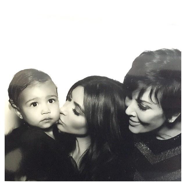 27.dez.2014 - A festa de Natal dos Kardashian ainda está rendendo nas redes sociais da família. Neste sábado, Kim postou em seu perfil no Instagram fotos da reunião. Nesta imagem, a mamãe Kim e a vovó Kris posam ao lado da fofíssima Noth West