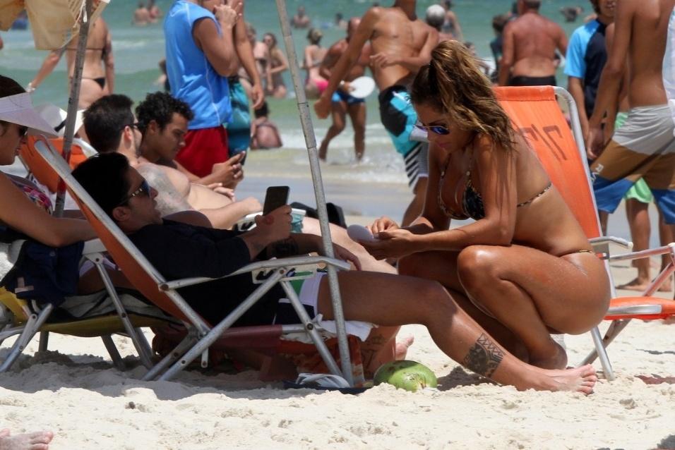 8.jan.2015 - A atriz Thammy Miranda curtiu mais um dia das férias ao lado da namorada, Andressa Ferreira, na praia da Barra da Tijuca, no Rio de Janeiro
