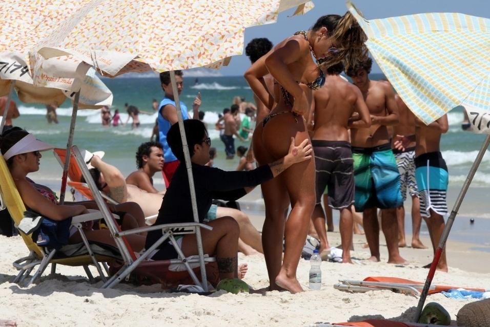8.jan.2015 - A atriz Thammy Miranda curtiu mais um dia das férias ao lado da namorada, Andressa Ferreira, na praia da Barra da Tijuca, no Rio de Janeiro. Com muito sol e calor, a atriz se prontificou a ajudar a amada a passar protetor solar no corpo