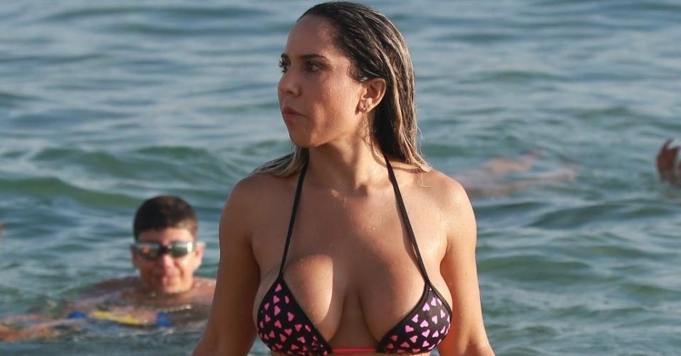 13.jan.2015 - Mulher Melão exibe suas curvas na praia da Barra da Tijuca, no Rio