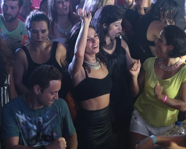 17.jan.2015 - A atriz Isis Valverde aproveitou o sábado à noite para dançar. Com 27 anos, ela compareceu a um baile funk da Favorita, que aconteceu na quadra da Rocinha, zona sul do Rio de Janeiro. Com um top e uma saia, Isis mostrou ótima e requebrou ao som de Anitta e Mc Ludmilla