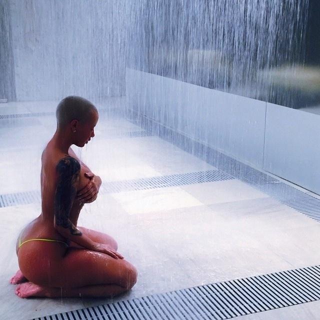 19.jan.2015 - A modelo norte-americana Amber Rose, ex-namorada do rapper Kanye West, faz sucesso com fotos bem picantes no Instagram. Abusando de suas curvas generosas, a beldade conquistou mais de 3,5 milhões de seguidores com imagens sexy, que deixam à mostra a boa forma da gata