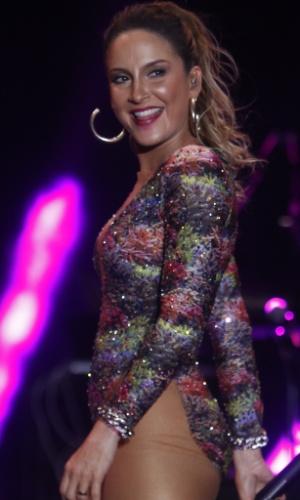 22.jan.2015 - Claudia Leitte empolga o público da primeira noite de shows do Festival de Verão 2015, no Parque de Exposições, em Salvador, na noite desta quinta-feira. Com dois modelitos ousados que a deixaram com as pernas de fora, ela cantou seus grandes sucessos, inclusive da época que fez parte do Babado Novo