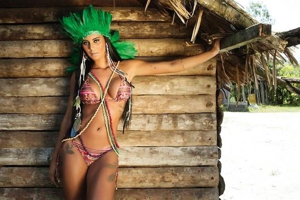 """28.jan.2015 - A ex-Gata do Paulistão Lorena Bueri é a estrela da capa da Sexy de fevereiro. Em entrevista à publicação, Lorena revelou algumas das coisas que gosta na hora do sexo: """"Beijo na boca não pode faltar, carinho, abraço. Tudo começa no beijo, é o principal. Adoro ser beijada no pescoço, na barriga. Ah, e acessórios também. O sexo oral me faz gozar mais rápido, dependendo da pessoa. E eu gosto de fazer também"""", contou Bueri à revista Sexy"""