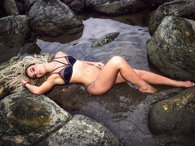 30.jan.2015 - Fernanda Lacerda, a Mendigata, fez um ensaio sensual na praia de Juquehy, no litoral Norte de São Paulo. A gata posou usando um biquíni e depois um maiô bem decotado
