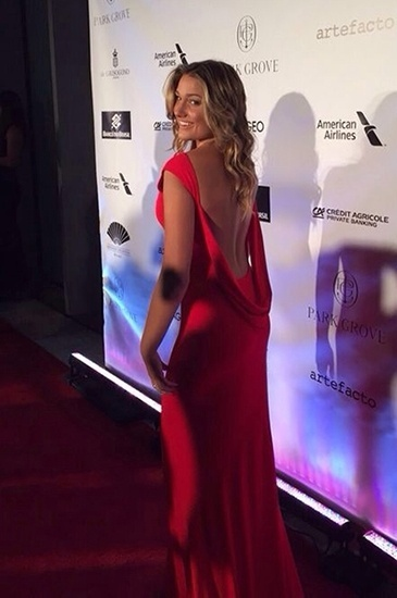 01.fev.2015 - Sasha, filha de Xuxa e Luciano Szafir, roubou a cena no baile de gala da BrazilFoundation, em Miami