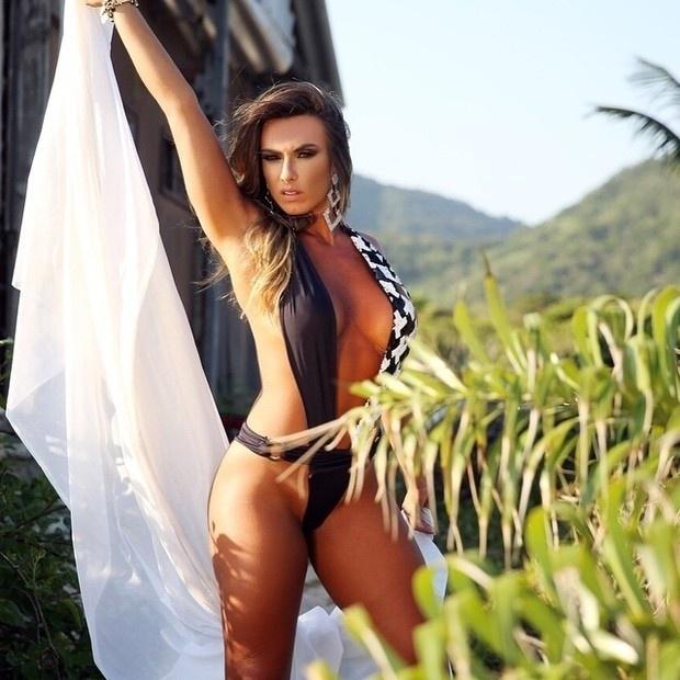 2.fev.2015 - Nicole Bahls exibiu suas curvas no Instagram ao postar uma foto em que aparece de fio-dental. A bela arrancou elogios de seus seguidores, que ficaram impressionados com os atributos da modelo.