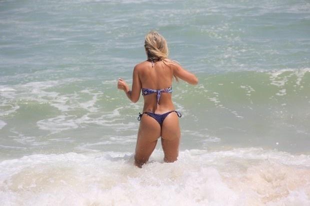 3.fev.2015 - Robertha Portella aproveita o calor para curtir o mar da praia da Barra, no Rio de Janeiro