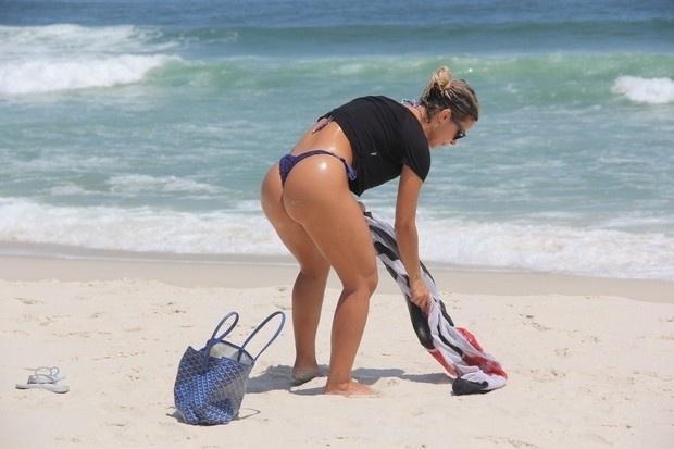 3.fev.2015 - Robertha Portella curte dia de sol na praia da Barra, no Rio de Janeiro