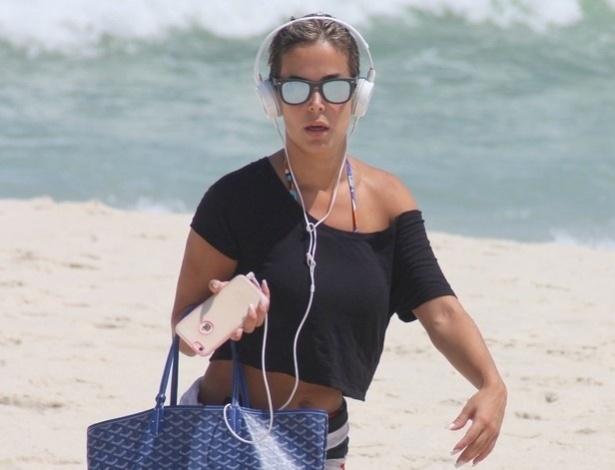 3.fev.2015 - Robertha Portella é vista na praia da Barra, no Rio de Janeiro