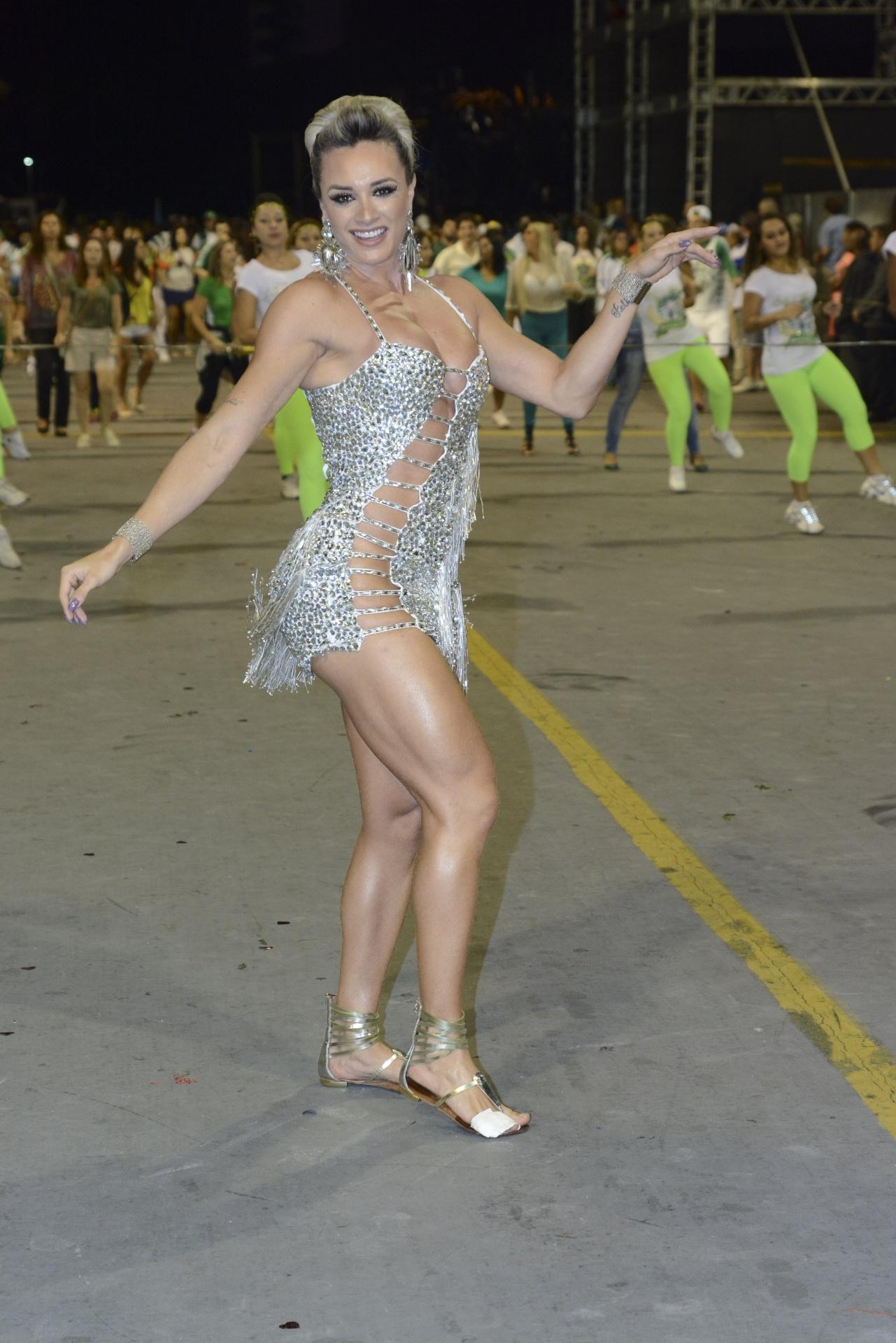 7.fev.2015 - A assistente de palco Juju Salimeni participou do último ensaio da Mancha Verde para o Carnaval de São Paulo com um vestido ousado. Enquanto mostrava estar pronta para o desfile no sambódromo do Anhembi, a gata deixou uma dúvida: será que ela estava sem calcinha?