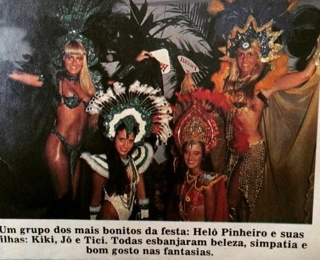 """17.fev.2015 - Helô Pinheiro, a eterna Garota de Ipanema, publicou duas fotos direto do túnel do tempo nesta terça-feira de Carnaval. Nas imagens, ela aparece ao lado das filhas, Kiki, Jô e Ticiane. Usando fantasia vermelha, à direita das irmãs, Ticiane Pinheiro exibe um visual bem diferente do atual, com os cabelos escuros. """"Tempo de folia com as minhas Princesas !!!!! Família Unida no Carnaval Só alegria ...."""", escreveu Helô em uma das legendas no Instagram"""