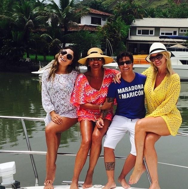 18.fev.2015 - Ao lado de Val Marchiori, Thammy aparece acompanhada de sua namorada, Andressa Ferreira, e de mais uma amiga durante um passeio de lancha
