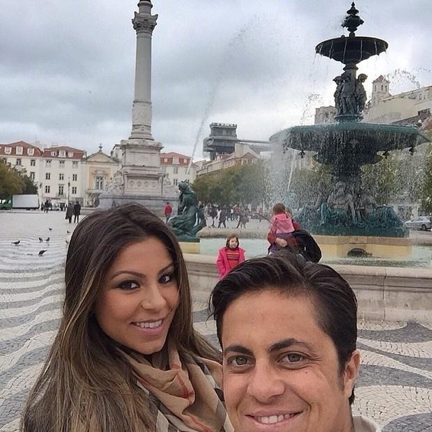 """1.mar.2015 - Thammy Miranda e a namorada, Andressa Ferreira, resolveram curtir o romance fora do Brasil. As duas estão em Portugal e registraram o momento no Instagram. Os seguidores de Thammy elogiaram o casal: """"Maravilhosas"""", """"perfeitas"""" e """"casal top"""" foram alguns dos comentários sobre a foto"""