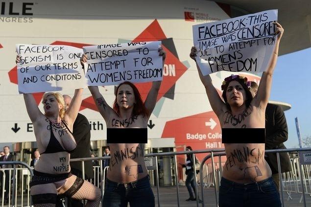 2.mar.2015 - Ativistas do grupo Femen aproveitaram a passagem de Mark Zuckerberg por Barcelona para protestar. O fundador do Facebook participava da Mobile World Congress, maior feira do setor de telecomunicações no mundo. Na entrada do evento, ativistas apareceram com os seios de fora e com mensagens escritas no corpo protestando contra as políticas do Facebook, que remove páginas com exibição de corpos nus.