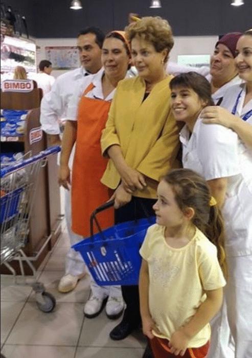 Depois de participar da inauguração do parque eólico Artilleros, ao lado de José Pepe Mujica, no Uruguai, a presidente Dilma fez compras em um supermercado em Montevidéu, perto do hotel Sofitel, onde ficou hospedada. Segundo o jornal uruguaio El País, Dilma foi vista comprando artigos básicos, como leite. Clientes do supermercado e empregados a reconheceram e pediram para tirar fotos. A passagem pelo local foi rápida. Na imagem acima, Dilma aparece posando para foto ao lado de funcionários do estabelecimento. Veja mais a seguir