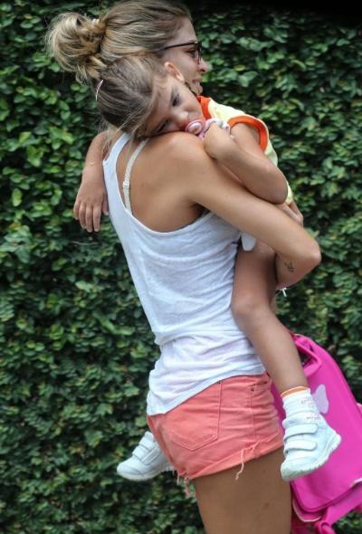 2.mar.2015 - A mamãe Grazi Massafera carrega a pequena Sofia no colo até a escola da filha no Rio de Janeiro. A atriz e apresentadora foi fotografada na ocasião com um look bem despojado. E, mesmo com short, regata e chinelo, Grazi continua esbanjando beleza e charme!
