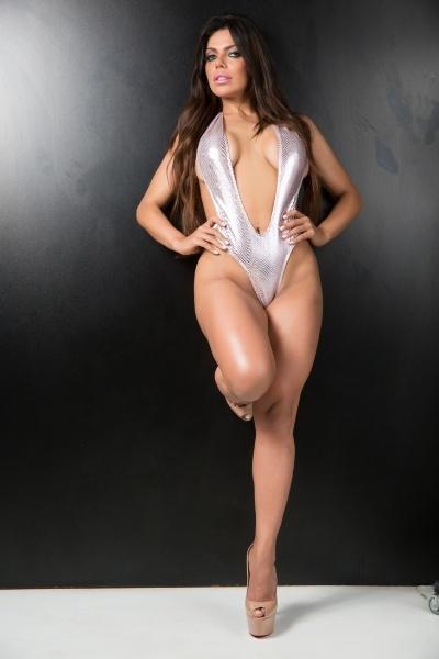 """3.mar.2015 - Suzy Cortez, que é Musa do São Paulo, fez ensaio super sexy  para comemorar a nova fase profissional - a gata é a nova assistente de palco de João Kleber. A beldade de olhos verdes ficou conhecida pela semelhança com a apresentadora Daniella Cicarelli. De acordo com a assessoria da beldade, Suzy não quer mais ser reconhecida como sósia da ex-VJ da MTV. """"Admiro muito a carreira de Cicarrelli, só que agora é só Suzy Cortez"""", disse"""