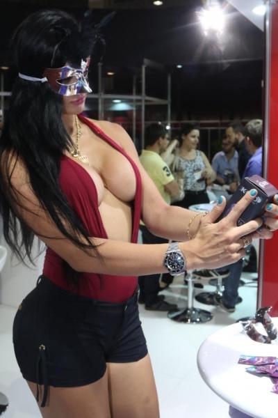 """8.mar.2015 - Camila Vernaglia chamou a atenção ao visitar a Erótika Fair. No evento, que ocorreu em São Paulo, a bailarina do """"Programa do Gugu"""" e coelhinha da Playboy experimentou alguns acessórios"""