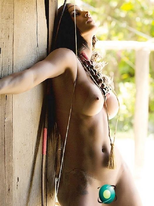 """20.mar.2015 - Em ensaio para a revista """"Sexy"""", a modelo Lorena Bueri sensualizou e apareceu em uma aldeia de índios. A musa posou para as fotos sem roupa e mostrou tudo. Bueri foi Gata do Paulistão 2012 e participou do reality show """"A Fazenda"""", em 2014"""