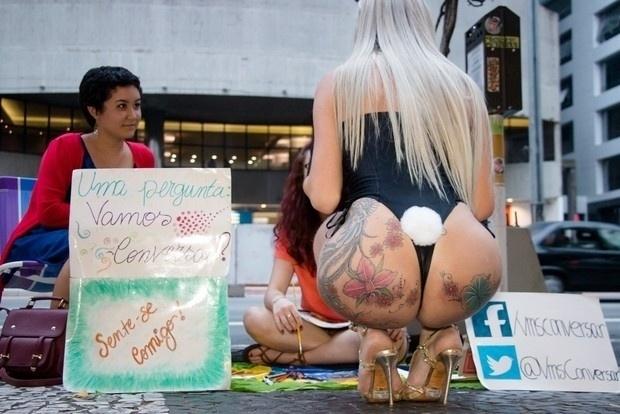 5.abr.2015 - A modelo transexual Thalita Zampirolli distribuiu ovos de chocolate na avenida Paulista, em São Paulo, vestida de coelhinha sexy