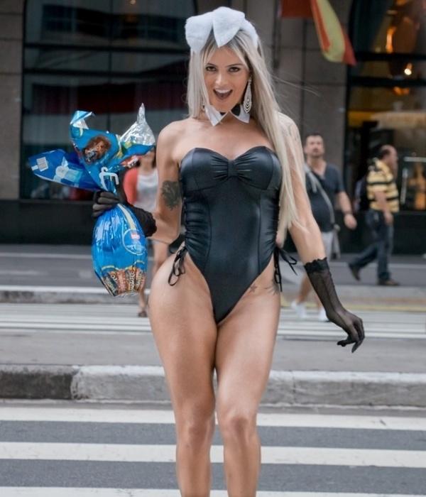 5.abr.2015 - A modelo transexual Thalita Zampirolli parou o trânsito na avenida Paulista, em São Paulo, vestida de coelhinha sexy. Ela, que já foi apontada como affair do ex-jogador Romário, distribuiu ovos de chocolate e fez pose para as fotos