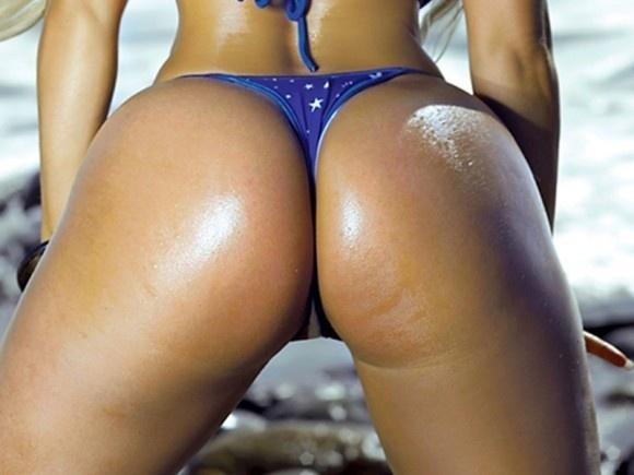 9.abr.2015 - Com medidas tamanho 'GG' de tirar o fôlego, a dançarina norte-americana Coco Austin, famosa por seu bumbum enorme e por seu relacionamento com o rapper Ice-T, fez um ensaio para lá de ousado para uma revista dos Estados Unidos. Nas imagens, ela aparece de biquíni fio-dental e não economiza nas poses provocantes