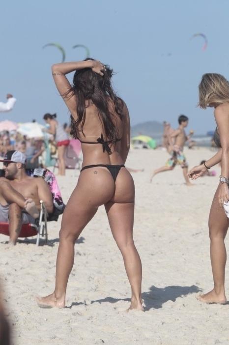 11.abr.2015 - De biquíni fio-dental, a ex-Panicat Carol Dias curtiu a tarde de sábado na praia da Barra da Tijuca, no Rio de Janeiro. Com uma amiga, a morena de 27 anos esbanjou ótima forma e aproveitou o calor para entrar no mar