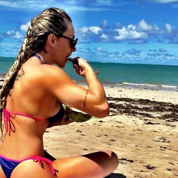 12.abr.2015 - Juju Salimeni aproveitou para tomar um banho de mar em João Pessoa, na Paraíba. No Instagram, a assistente de palco do