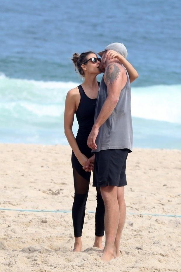 26.abr.2015 - Clima esquenta entre Fernanda Lima e Rodrigo Hilbert. O casal trocou beijos na praia do Leblon, no Rio de Janeiro