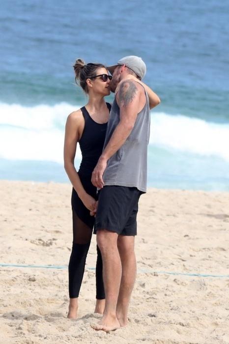 26.abr.2015 - Fernanda Lima e Rodrigo Hilbert aproveitaram a manhã deste domingo para curtir uma praia no Rio de Janeiro. O casal, que trocou beijos apaixonados na areia, aproveitou para disputar uma partida de vôlei com os amigos
