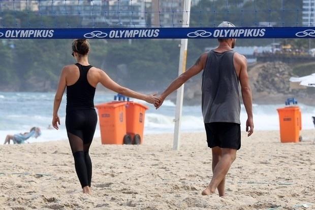 26.abr.2015 - Fernanda Lima e Rodrigo Hilbert curtiram a manhã deste domingo na praia do Leblon, no Rio de Janeiro. O casal aproveitou para jogar uma partida de vôlei com os amigos