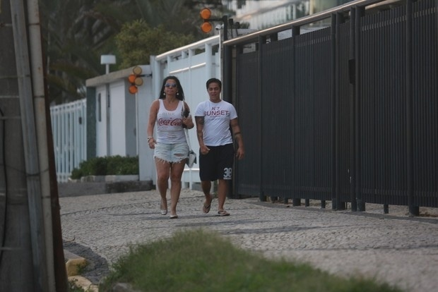 """29.abr.2015 -  Thammy Miranda foi flagrada durante passeio com a mãe, Gretchen, no Rio. A atriz está matando saudade da """"Rainha do Rebolado"""", que mora fora do país. As duas foram vistas andando nas ruas da Barra da Tijuca. Só ficou faltando  Andressa Ferreira, namorada da assistente de Raul Gil. A modelo não acompanhou a namorada e a sogra, pois estava trabalhando em São Paulo. Ao site Ego, Andressa contou que Gretchen viu o resultado da cirurgia da filha e aprovou"""