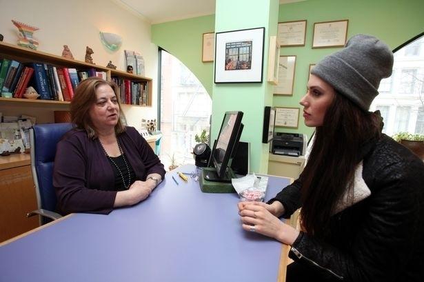 30.abr.2015 - Na imagem, Cassandra Bankson no consultório de sua ginecologista, Dena Harris. Além de lutar contra um tipo raro e agressivo de acne, a blogueira descobriu que tem duas vaginas.