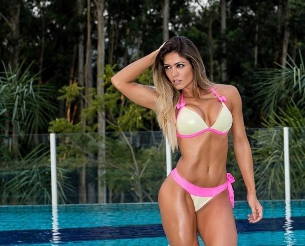 6.mai.2015 - Em ensaio, Muri Rodrigues, a musa da barriga chapada, usa biquíni cavado e quase mostra demais
