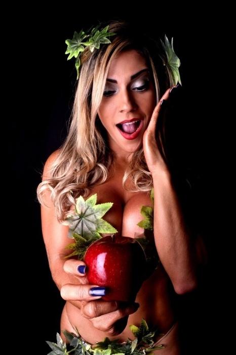 6.mai.2015 - Nua, beldade sensualizou em um ensaio fotográfico e se fantasiou de Eva