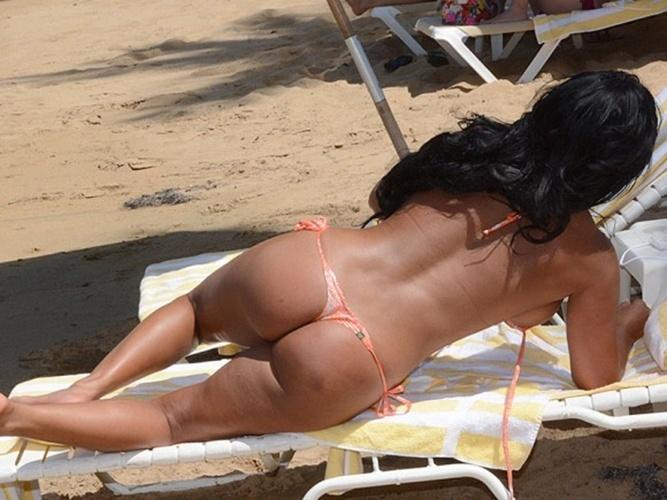 7.mai.2015 - Aos 37 anos, a modelo porto-riquenha Maripily Rivera também mostrou seu corpão e aproveitou o dia de sol em uma praia de Miami, nos EUA