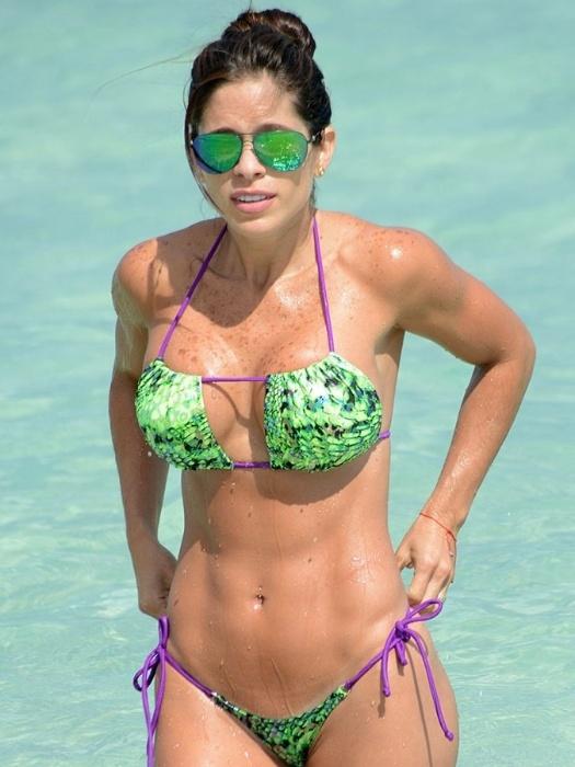 7.mai.2015 - A venezuelana Michelle Lewin mostrou que merece o título de musa fitness que recebeu dos seus fãs na web ao curtir o dia de sol em uma praia de Miami, nos EUA. Sorridente, a morena exibiu o abdome 'trincado' e suas belas curvas em um biquíni verde