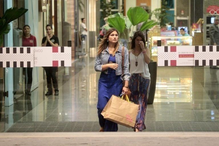 8.mai.2015 - Nesta semana, Sasha foi vista passando com uma amiga em um shopping do Rio de Janeiro. A filha da apresentadora também aproveitou para fazer compras