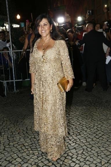 12.mai.2015 - Regina Casé posa para os fotógrafos antes de entrar na Igreja Nossa Senhora do Carmo